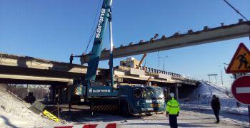 Демонтаж пролетных балок путепровода на Минской кольцевой автодороге